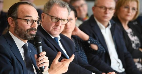 Edouard Philippe emits the idea of asking the counterparties to the aids social