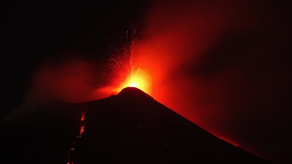 Lava and lapilli, mount Etna comes back to erupt