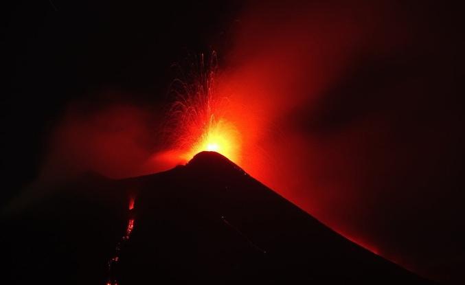 Lava and lapilli, mount Etna comes back to erupt